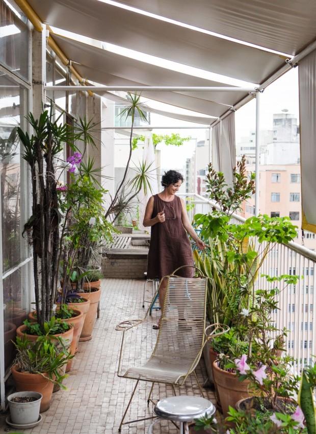 Sacada que percorre toda a extensão do apartamento e o faz parecer uma casa do interior, com plantas, cadeiras de varanda, flores e um clima de simplicidade ideal para sentar e prosear (Foto: Lufe Gomes / Editora Globo)