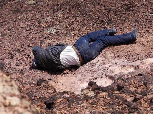 Donato vê homem caido após acidente (Foto: Flor do Caribe/ TV Globo)