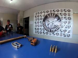 Arma de fogo e soco inglês foram encontrados na sede da Inferno Coral (Foto: Marlon Costa/Pernambuco Press)