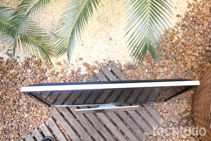 O Samsung UD590 tem detalhes em prata e é bem fino (Foto: Anna Kellen Bull/TechTudo)