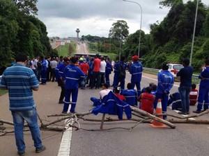 Operários bloqueiam acesso ao aeroporto de Viracopos, em Campinas (Foto: Eduardo Matias)