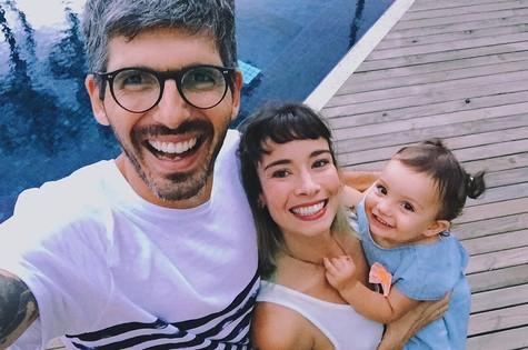 Flávia, seu marido Thiago Antunes e sua filha Cora (Foto: Reprodução )