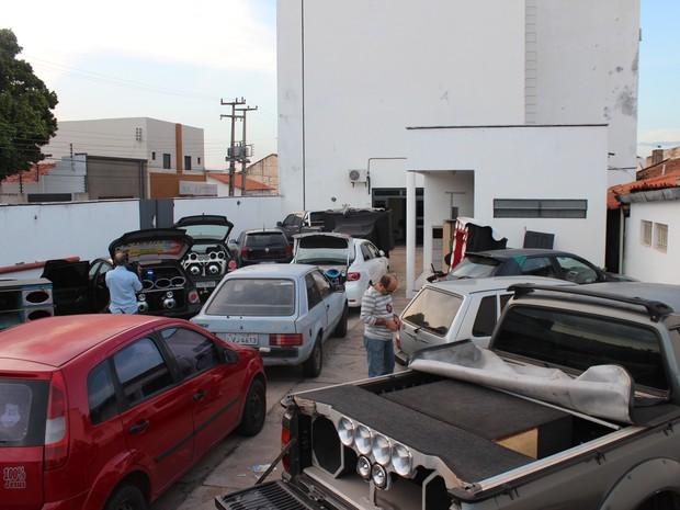 Pátio da Delegacia do Silêncio lotada com veículos apreendidos (Foto: Pedro Santiago/ G1)