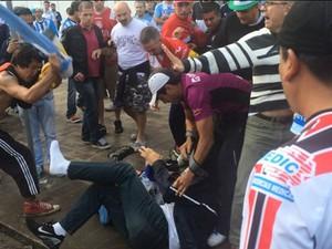 Homem foi agredido e teve ingresso roubado em Porto Alegre (Foto: F�bio Almeida/RBS TV)