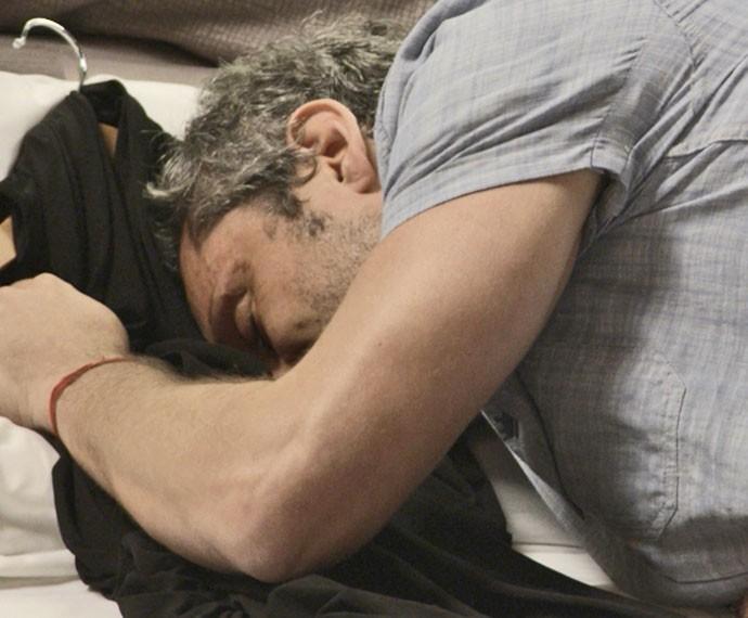 Romero cheira a roupa da loira (Foto: TV Globo)