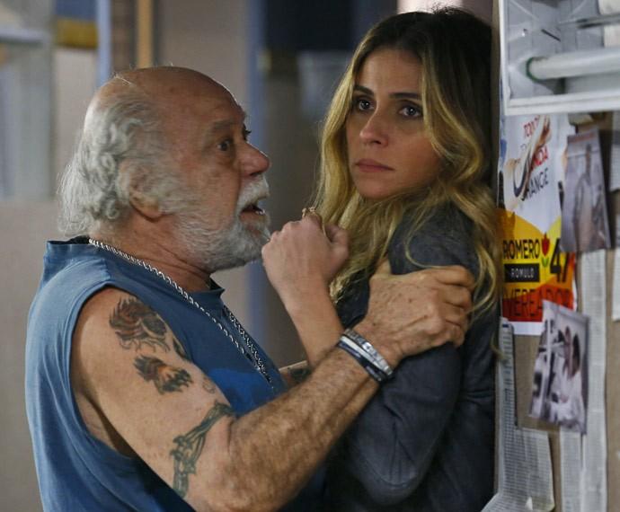 Ascânio agarra Atena, e Romero chega (Foto: Ellen Soares / Gshow)