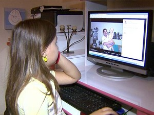 Irmã de Pedro mata a saudade do menino vendo fotos na internet (Foto: Cláudio Oliveira/EPTV)