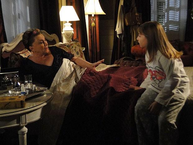 Carol alerta Leonor e diz que a água está envenenada (Foto: Salve Jorge/TV Globo)