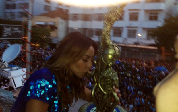 Sabrina Sato comemora a vitória da Vila Isabel no carnaval carioca (Foto: EGO)