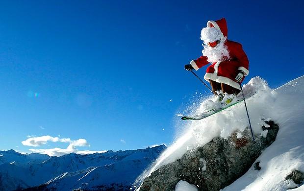 esquiador fantasiado de Papai Noel  (Foto: Reuters)
