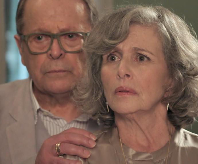 Vitória fica chocada com o que ouve do oficial de justiça (Foto: TV Globo)