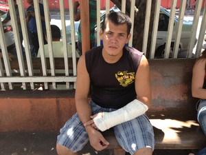 Oseas Chaves, de 23 anos, espera há 19 dias por cirurgia no HE (Foto: John Pacheco/G1)