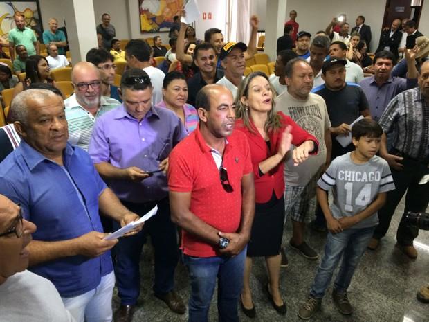 Moradores reclamaram do atraso para começar a sessão  (Foto: Cassiano Rolim/TV Anhnaguera)