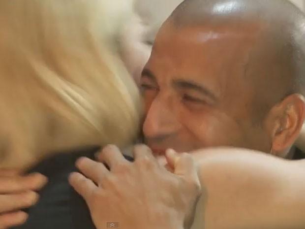 Antônia Fontenelle beija Emerson Sheik ao final de entrevista (Foto: Youtube/ Reprodução)