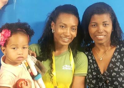 Família de Robson Conceição reunida: Sophia, Erika Mattos e Márcia (Foto: Marcelo Barone)