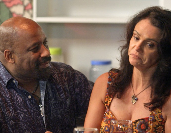 Rosângela se de difícil, mas acaba aceitando (Foto: TV Globo)