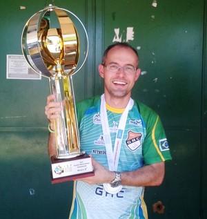 Treinador Giuliano exibe o troféu conquistado na Turquia (Foto: Daniel Cunha)