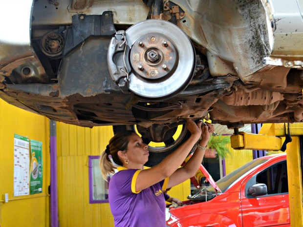 Daniella conta que homens ainda têm preconceito com mulheres trabalhando na área de mecânica (Foto: Quésia Melo/G1)
