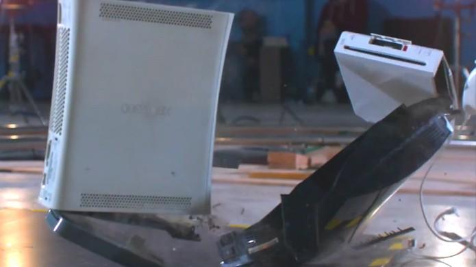 Xbox 360 resistiu à queda enquanto PlayStation 3 e Nintendo Wii quebraram (Foto: Reprodução/YouTube)