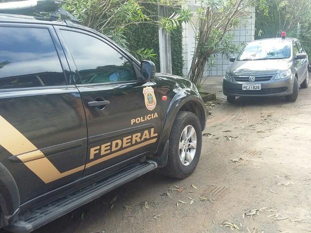 Operação contra venda ilegal de medicamentos em Camaragibe vai até a casa do prefeito (Foto: Bianka Carvalho/ Tv Globo)