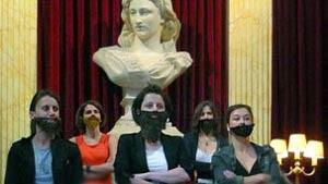 Feministas francesas usam barba falsa para protestar por igualade (Foto: BBC)