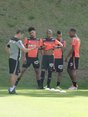 Robinho, atacante do Atlético-MG, e Júnior Urso (Foto: Rafael Araújo)