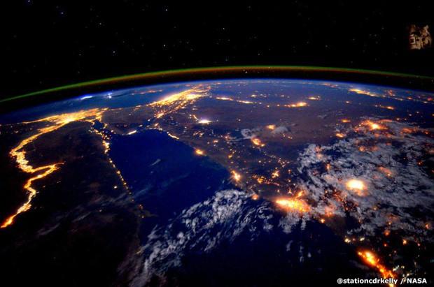 Luzes de grandes cidades são vistas do espaço (Foto: Scott Kelly/Nasa)