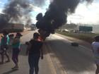 Sem visitas, mulheres de detentos bloqueiam rodovia federal em Cuiabá