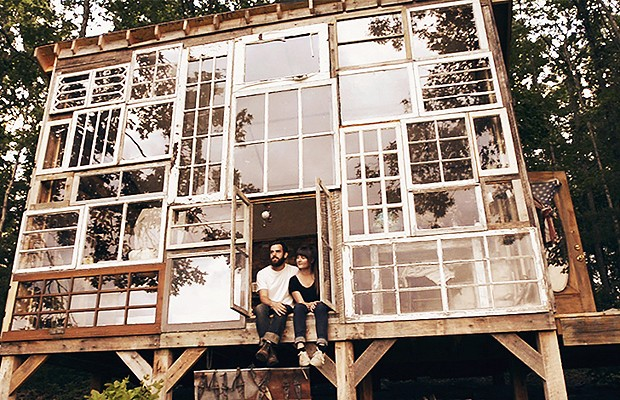 Em vez de tijolos, casa foi feita com janelas reaproveitadas (Foto: Reprodução/Inhabitat)