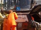 Homem fica preso a ferragens após bater carro em ônibus no Pistão Sul
