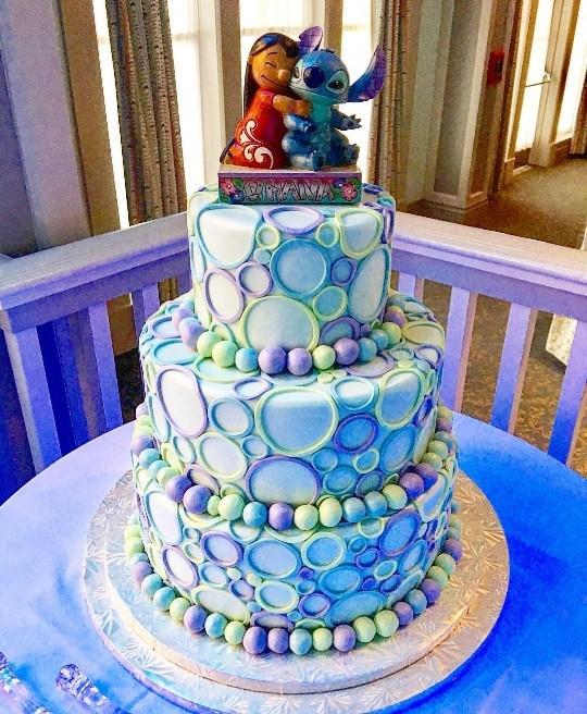 """Bolo de casamento inspirado em """"Lilo & Stitch"""" feito por 'disneybakerdcp' (Foto: Instagram)"""