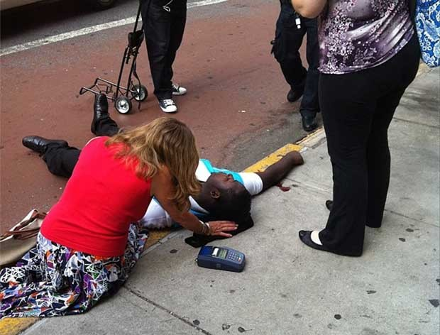 Foto publicada no Instagram mostra vítima do tiroteio sendo atendida (Foto: AP)