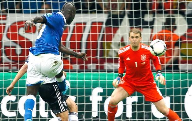 Mario Balotelli marca gol da Itália contra a Alemanha (Foto: AP)