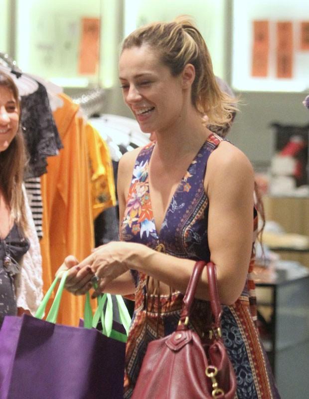 A atriz saiu toda sorridente (Foto: AgNews)