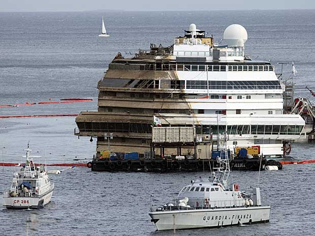 Costa Concordia é reerguido na Itália. (Foto: Andrew Medichini / AP Photo)