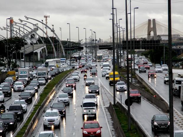 Trânsito na Marginal Tietê, SP, nesta segunda (15) (Foto: Newton Menezes/Futura Press/Estadão Conteúdo)