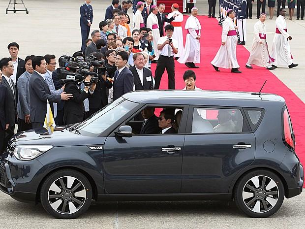 Foto mostra Papa Francisco dentro do utilitário logo após a chegada ao país asiático no dia 14 de agosto (Foto: AHN YOUNG-JOON/POOL/AFP)