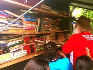 Biblioteca móvel em Cuiabá (Foto: Marcelo Ferraz/G1)