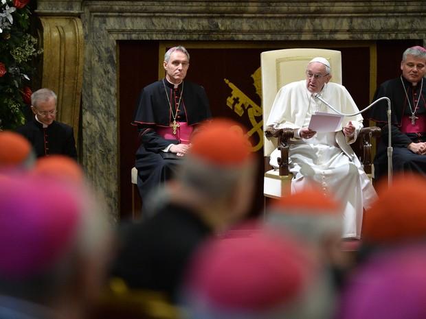 O Papa Francisco durante sua mensagem de Natal aos bispos e cardeais do Vaticano nesta segunda-feira (21) (Foto: Alberto Pizzoli/AFP)