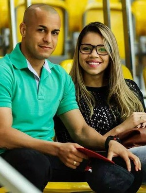 Jéssica ao lado do noivo Marco Aurélio, jogador de futebol (Foto: Reprodução/Facebook)