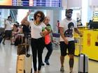 Sheron Menezzes e Regina Duarte fazem graça com paparazzo