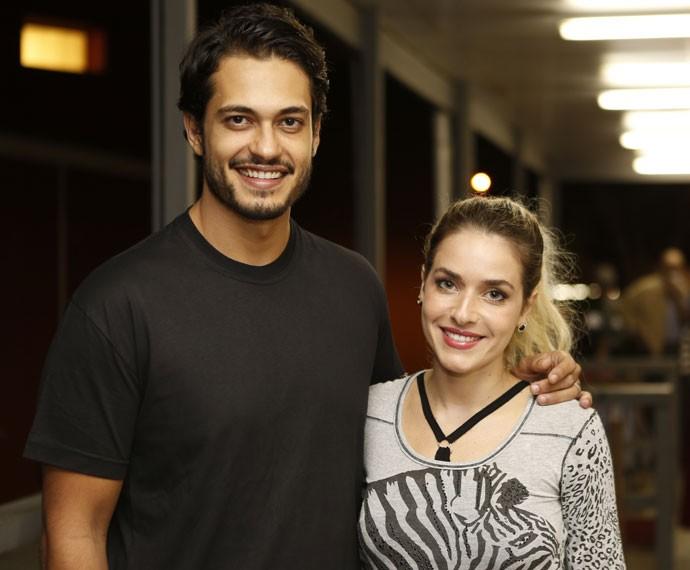 Raphael Viana e Monique Alfradique registram encontro nos bastidores (Foto: Ellen Soares/ Gshow)