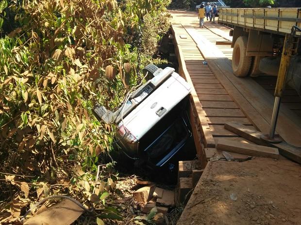Motorista perdeu o controle da direção em ponte (Foto: Elias Santos)