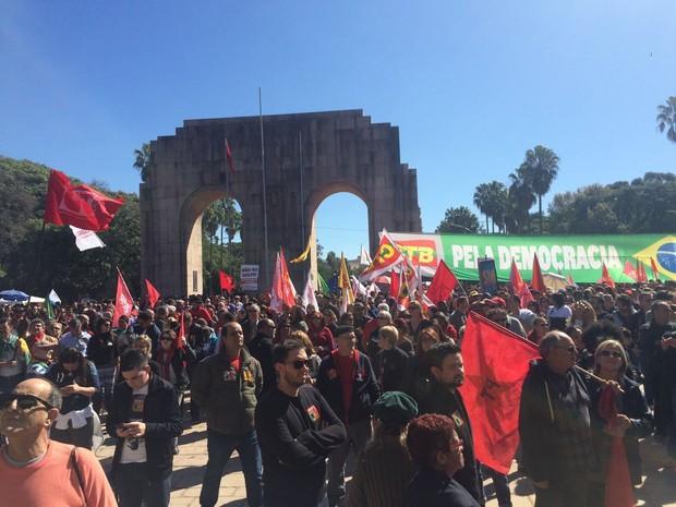 Grupo protesta contra o impeachment no Parque da Redenção (Foto: Daniel Favero/G1)