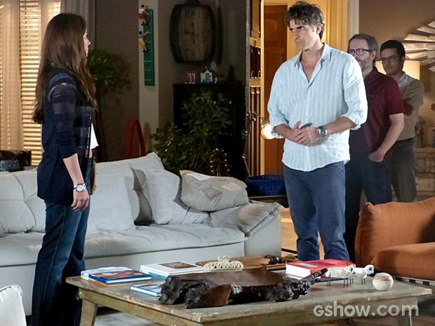 Cadu reaparece no apartamento de Helena, mas dá fora em Clara (Foto: Em Família/TV Globo)