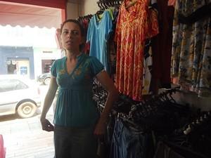 Criminosos levaram R$15 mil em mercadorias da loja de Vaneide (Foto: Michelly Oda / G1)