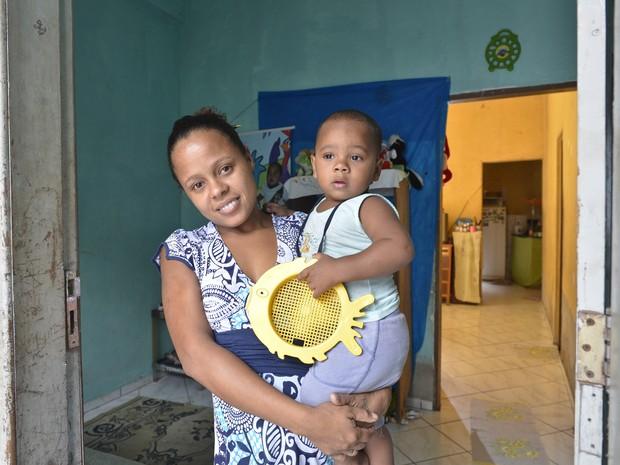 Eva Maria dos Santos (com seu filho), ex-moradora de rua que agora desfruta de   aluguel    social  e tem emprego com auxiliar de serviços gerais - Editoria: Cidades - Foto:  - GZ (Foto: Edson Chagas/ A Gazeta)
