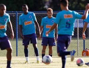 Jogadores do Cruzeiro treinam na Toca da Raposa 1 (Foto: Washington Alves / Vipcomm)