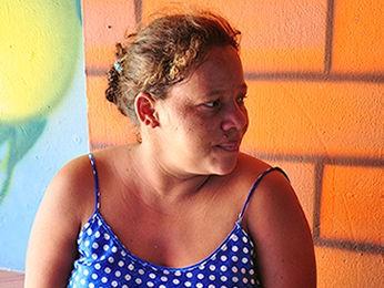 Agna aguarda em casa de apoio filhas receberem alta (Foto: Nathalia Lorentz/ G1)