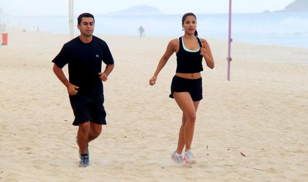 Gyselle Soares se exercita na praia da Barra (Foto: Gabriel Rangel / AgNews)